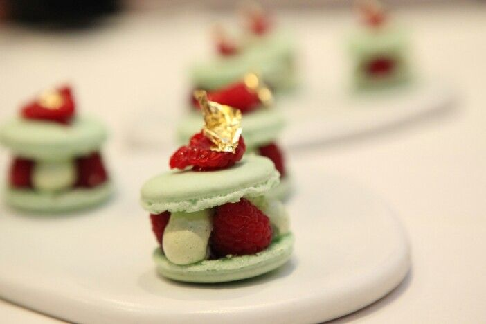 Macaron à la pistache, framboises fraîches, confiture et pétales de rose grecques confites au sucre    Création Gilles Marchal