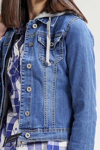 Chaqueta tejana de mujer con capucha, con dos bolsillos, con logo bordado en la parte trasera con hilo de plata. 240.000 mil puntadas en hilo de plata. 54.90€  ENVÍOS A TODO EL MUNDO. PAGOS: tarjetas crédito y débito.  https://www.1fashionglobal.net/todomodaonline/tienda/