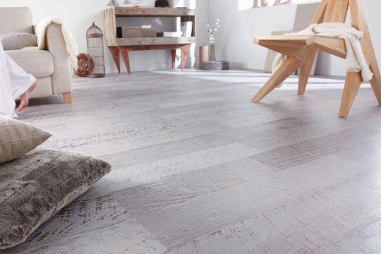 Un sol stratifié imitation bois peint - 10 sols stratifiés qui font l'ambiance - CôtéMaison.fr