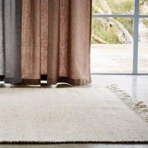 Der im Chevron-Muster von Hand gefertigte Teppich Peumo passt sich dank seines schlichten Designs jedem Einrichtungsstil an. Der einfarbige Teppich besteht aus dickem Wollgarn, das für mehr Robustheit mit einem kleinen Anteil Viskose kombiniert wurde, und langen, groben Fransen, wodurch eine ein angenehm wohliges Ambiente erzeugt und damit hervorragend in die kühlere Jahreszeit passt.