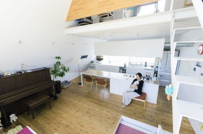 キッチンは天井のデッキプレートのラインと向きを同じにしてダイニングテーブルと一体化。奥さんの希望で天板の位置を少し高めにし、椅子はそれに合わせて座面が少し高めのものを購入した。