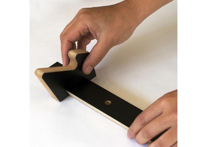 Este perchero de pared tiene cinco perchas dobles que se deslizan a lo largo de una tira que se fija a la pared. Al ser móviles, se pueden colocar en muchas posiciones y cantidades, permitiendo colgar objetos de diferentes anchos y formas. Incluso se pueden colocar varios percheros seguidos para formar una gran hilera de percheros. Se fabrican con tableros de Masisa Melamina, un material hecho con fibras de residuos industriales y con certificado E-1 por bajas emisiones de VOC. Medidas: 50…