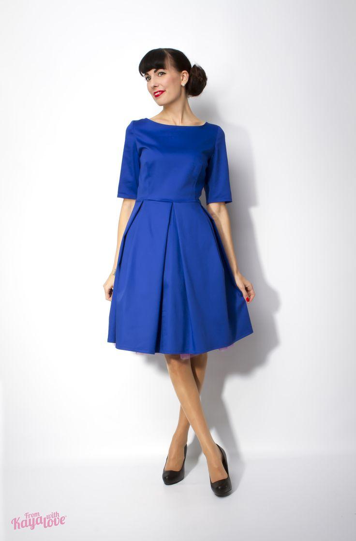 Šaty Vintage spirit blue Šaty s rukávem k lokti a sukní se sklady ve stylu 50. let. Na zádech kulatý lehce prohloubený výstřih, zapínání na zip. Materiál 97% bavlna + 3% elastan. Velikost XS, S, M. XS 82 prsa 68 pas S 86 prsa 72 pas M 90 prsa 78 pas Délka 92 cm.  Bez spodničky!