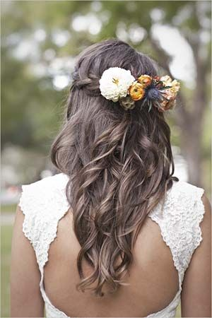 Cabello suelto con trenza y flores. I would love for my hair to look like that for my wedding