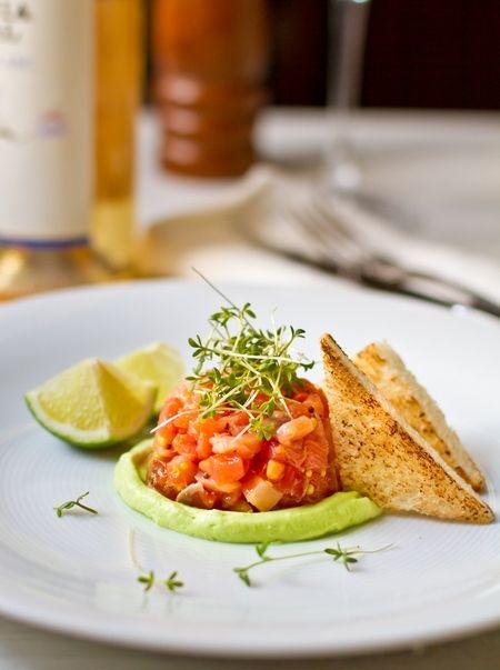 Тар-тар из лосося с кремом из авокадо