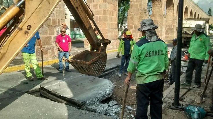 Trabajadores del Ayuntamiento de Morelia retiran el concreto hidráulicofrente al Centro Cultural UNAM; se registra una fuerte carga vehicular en la zona – Morelia, Michoacán, 05 de julio de 2017.- ...