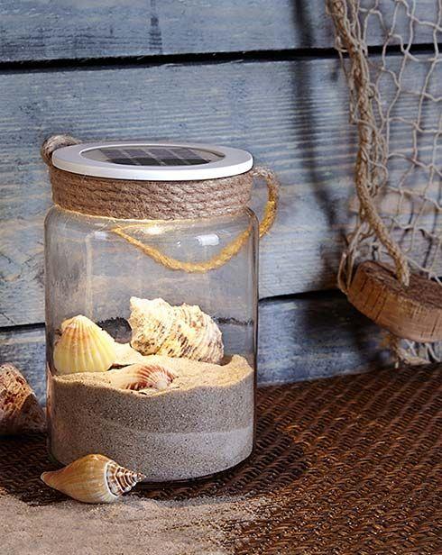 Solar-Dekoglas für 12,95€ - Eine Hand voll Strandsand, ein paar am Meer gesammelte Muscheln... dieses Solar-Dekoglas lässt sich nicht nur dekorativ befüllen, sondern sorgt mit seiner warmweiß leuchtenden LED nach Anbruch der Dunkelheit auch für eine Atmosphäre wie im Urlaub.