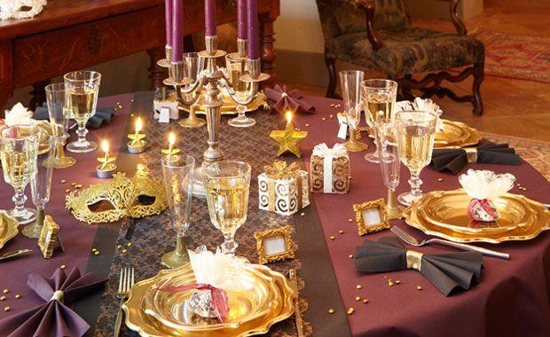 Zoé Confetti - Table nouvel an à Venise : J'opte pour une déco baroque et poétique pour le plus classe des réveillons. Plumes, loups, paillettes… tous sont là pour une soirée vénitienne tellement folle !