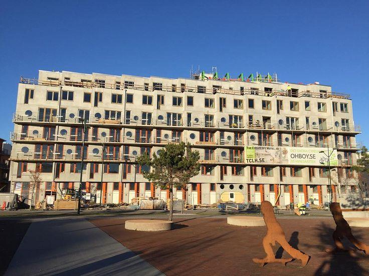 Här bygger vi Cykelhuset, lägenheter och hotell för dig som tycker att cykel är det smartaste sättet att ta sig fram. De första hyresgästerna flyttar in den 1 februari. Spännande! Läs mer om projektet på www.ohboy.se.