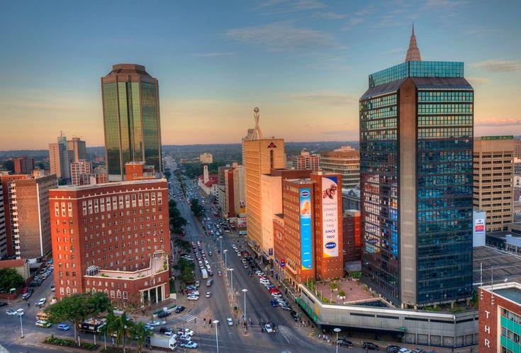 Esta semana haremos una breve historia de Zimbawe para su posterior análisis ¡ Que lo disfruten! Zimbabue, oficialmente República de Zimbabue (en inglés: Republic of Zimbabwe, y este del shona Dzimba dza mabwe, «casa de piedra»), es un país situado en el sur del continente africano, entre el río Zambeze, las cataratas Victoria y el río Limpopo. Carece de costas oceánicas y limita al oeste con Botsuana, al norte con Zambia, al sur con Sudáfrica y al este con Mozambique. Sus territorios se