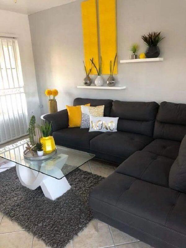 O sofá preto utilizado nesta sala neutraliza acessórios em ...