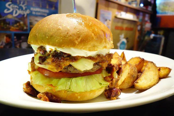 すっごい久しぶりに食べたレギュラーメニューチポトレメキシカンバーガー自家製チリビーンズサワークリームチポトレソースにチーズはスモークゴーダで濃厚なチリビーンズにあと引く辛さのチポトレソースこれは美味い #food #foodporn #meallog #burger #burger_jp #ハンバーガー # #tw