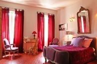 Le sol en tomettes provençales s'allie aux rideaux épais pour donner à la pièce une aura gourmande.