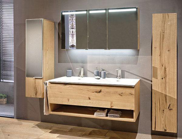 Badspiegelschrank mit Waschtischbeleuchtung und lichtdurchlässiger Satinierung in den Spiegeltüren