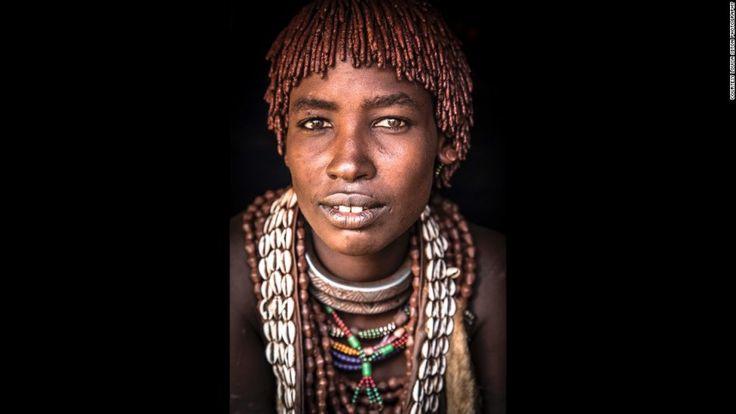 Ανάλογα με την κοινωνική τους θέση και άλλους παράγοντες, οι άνδρες των Χαμάρ μπορούν να έχουν μέχρι τρεις συζύγους. Η θέση της γυναίκας αναγνωρίζεται αμέσως από τα κοσμήματα της. Η πρώτη σύζυγος, όπως η γυναίκα της φωτογραφίας, φοράει στο λαιμό ένα μεταλλικό κολλιέ που καταλήγει σε ένα μακρύ αγκάθι στην άκρη του, ενώ η δεύτερη και τρίτη σύζυγος φοράνε πιο απλά μεταλλικά κοσμήματα.
