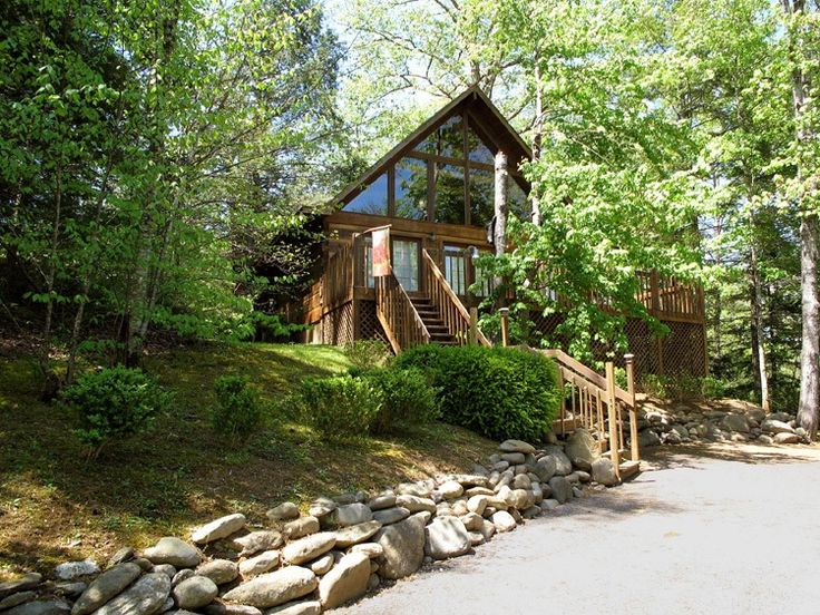 Bear Cave Haus is a charming 2-bedroom, 2-bathroom log cabin that is conveniently close to all the attractions Gatlinburg and Pigeon Forge have to offer.