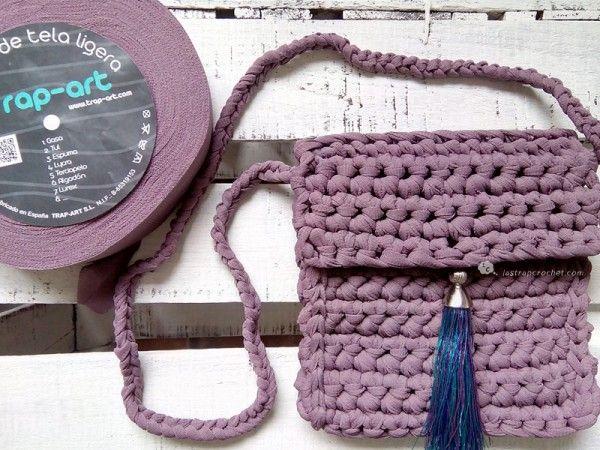 Tutorial de un bolso infantil en trapillo tejido en ganchillo a punto bajo para que vuestras hijas puedan hacerlo ellas mismas.
