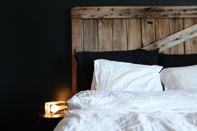 Sängynpääty vanhasta aitan ovesta.  http://kirpparikeijunkotona.blogspot.fi/