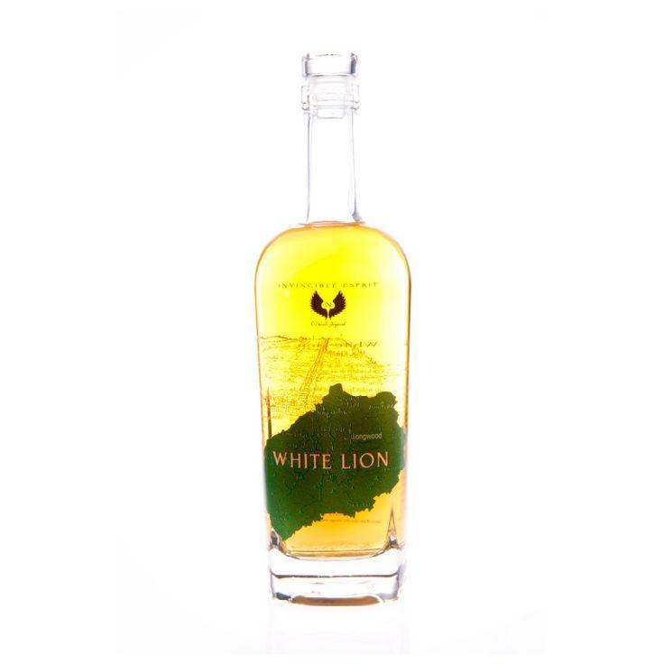 WHITE LION, RHUM Surnommé par les Saints « poudre à canon dans un verre », un rhum rapporté par les marins du 17ème siècle. Les notes fruitées et boisées de la terre volcanique luxuriante s'estompent pour laisser en bouche un goût torréfié et une sensation caramélisée. L'unique rhum produit et mis en bouteille par la Distillerie de l'île de Sainte-Hélène. Fin et authentique.