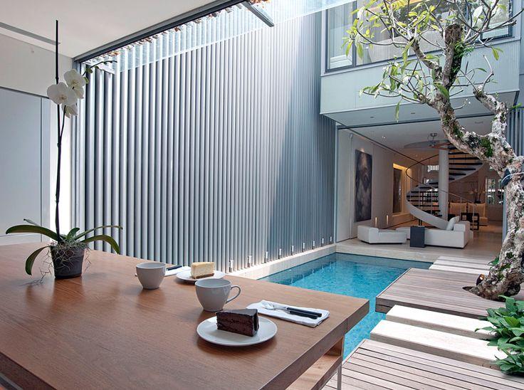 Jard n interior con espejo de agua escalera caracol de for Casas con jardin interior