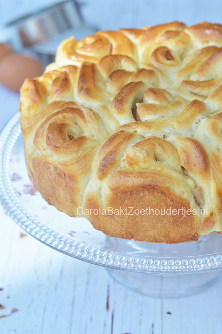 Hartig rozenbrood met ham en kaas. Een lekkere traktatie bij de lunch of soep. Eigenlijk is het een pull apart brood. Je kunt er allemaal een broodje af trekken.