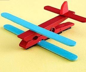 Vliegtuig van ijslollystokje en knijper