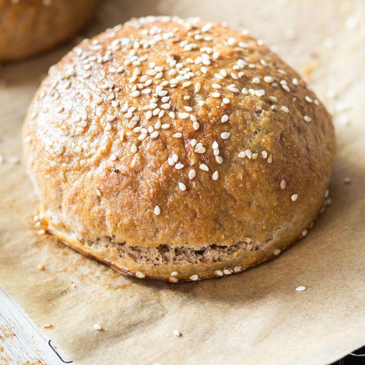 Der Teig wird aus einer Mischung aus Dinkel- und Roggenmehl zubereitet und passt ideal zu mediterranen Burgern mit getrockneten Tomaten und Mozzarella.