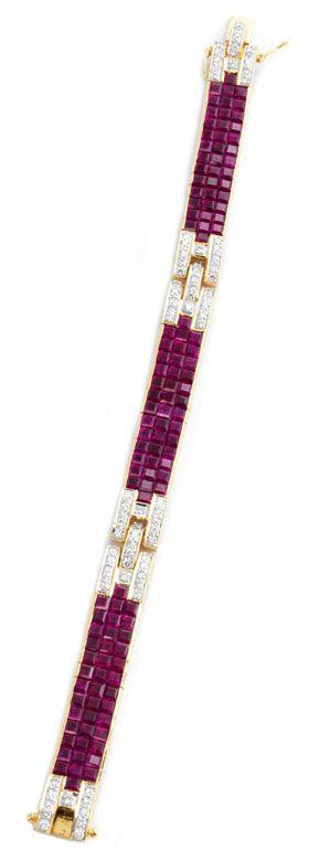 Länge: ca. 18 cm. Gewicht: ca. 42,7 g. GG 750. Elegantes, hochwertiges Armband mit feinen Rubincarrés, zus. ca. 18 ct, sowie brillantbesetzten...