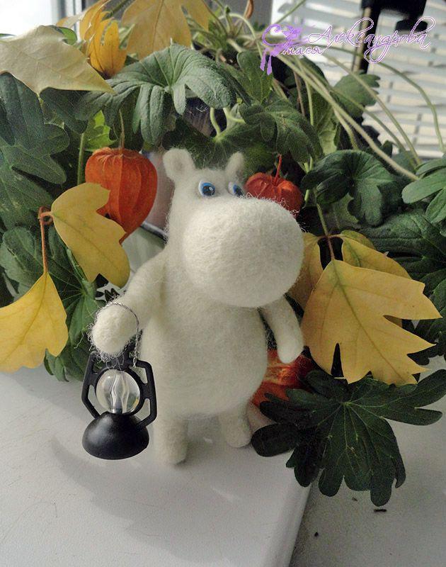 Moomin-troll - felting. By Stasiya Alexandrova Валяная игрушка Муми-тролль с жемчужиной - автор Стася Александрова