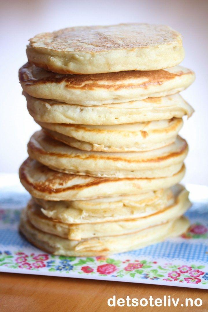 """Det er helg og høst og deilig å kose seg med noe godt og lettvint innendørs. Her har jeg en populær oppskrift på """"Natronkaker"""", som også kalles """"Tjukkaser"""" på sør-vestlandet.  Vi snakker rett og slett om noentykke, myke ogdeilige lapper, som både er superkjappe å lage og veldig søte og gode på smak. Se også oppskrift på Lapper, Muffeluffer og Vaniljekesamlapper her på Det søte liv. Amerikanske pannekaker, Pancakes og Hotcakes er ikke langt unna, de heller."""