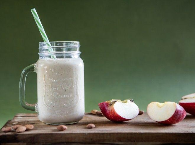apple pie smoothie / frullato con mele speziate (60 g di yogurt, 3 cucchiai di latte di mandorle (confezionato oppure fatto in casa: ricetta segue), 2 mele sbucciate e tagliato a spicchi, 2 cucchiaini di miele o sciroppo d'acero (facoltativo), una manciata di mandorle (circa 8-10), 20 g di fiocchi d'avena, 1/2 cucchiaino di cannella, 1/4 cucchiaino di noce moscata, 1 pizzico di chiodi di garofano in polvere,1 pizzico di zenzero in polvere, 6 cubetti di ghiaccio) #drink