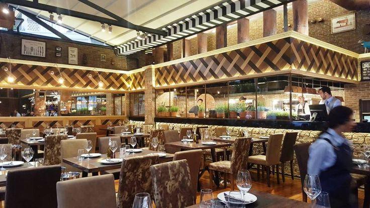 Η γειτονιά του Hilton εξελίσσεται σε όλο και πιο καυτή εστιατορική πιάτσα. Η νέα άφιξη είναι το εντυπωσιακό Βεντήρη Roast House, που άνοιξε μεσοτοιχία με την Cookoovaya, και είναι αφιερωμένο στο κρέας.