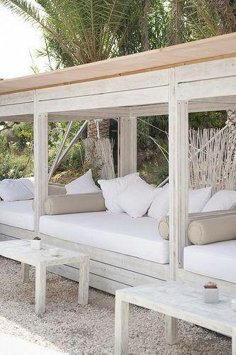 Idee voor loungebanken op terras alngs de muur aan de straatkant