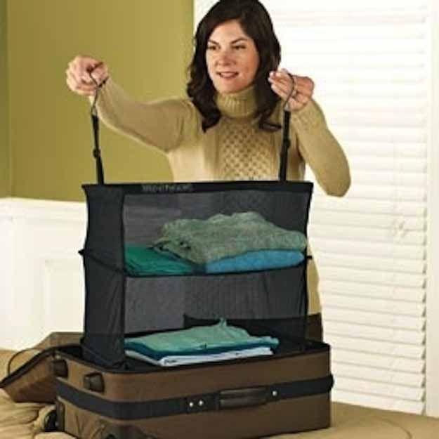 utiliser une penderie souple pour transporter vos vêtements pliés