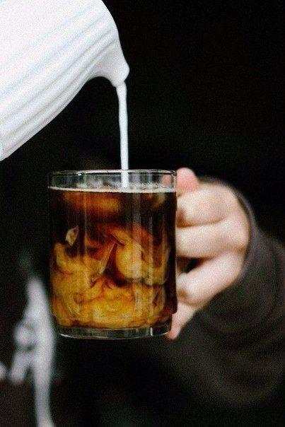 1. Кофе «Горящая лава» Ингредиенты: Кофе, сваренный в кофеварке — 3 чашки Коньяк — 8 ст. л. Цедра половины лимона Цедра одного апельсина ...