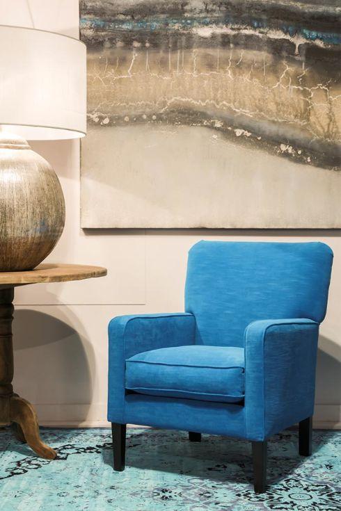 Een smalle fauteuil met een strakke, mooi afgeronde arm. Ideaal om twee heerlijke stoelen naast elkaar te zetten.