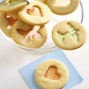 Laat die kinders help en bak dié mooi koekies met lekkergoed-harte – dis ideaal vir hul skool se volgende markdag.