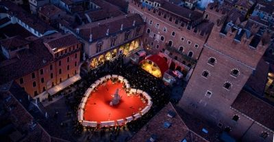The event is Verona In Love and is scheduled from 12th to 15th February: your stay in the town will be even more enjoyable thanks to the romantic scenery of the historical center, in particular Piazza Bra, Piazza dei Signori and Cortile Mercato Vecchio