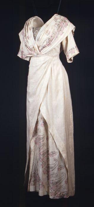 Crèmekleurige zijden japon met korte mouwen.  c 1915. Love the 1790ish feel of the bodice