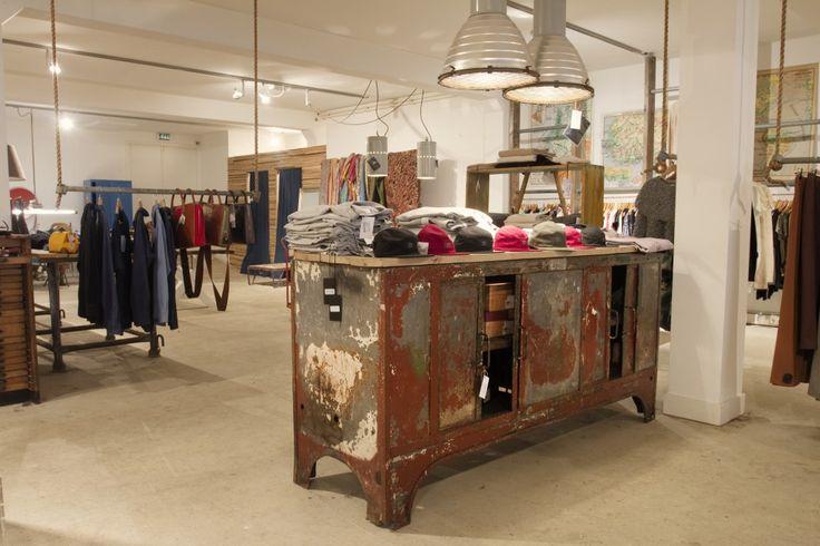 Ken je Hutspot al? In de concept store in de van Woustraat verkopen de heren-entrepeneurs werkelijk waar alles wat je in de winkel tegenkomt. Van de kunst aan de muur, kleding in de rekken, koffie in de mokken, cupcakes, lampen aan het plafond, sieraden in de vitrines, de groene werkbank voor de kassa en een oude, 90CC Vespa motor.