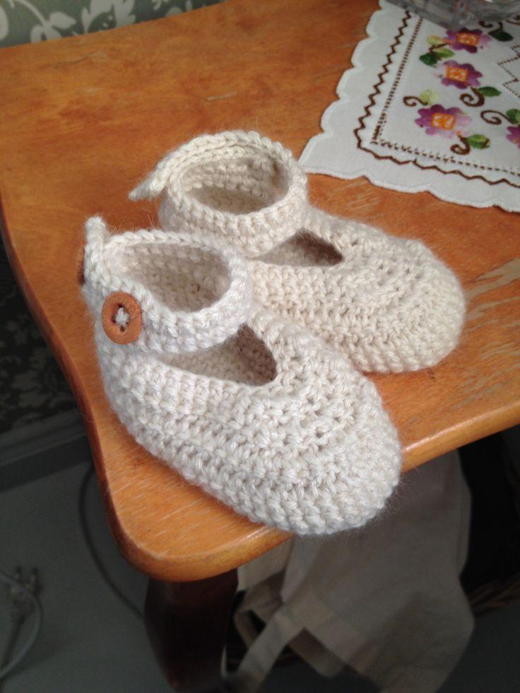 Babytøfler laget av 3 tråder babysilkealpakka fra drops.
