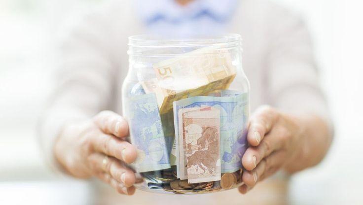Heel veel mensen schenken aan een of meer goede doelen. De een doet dat via een vaste maandelijkse bijdrage, de ander maakt jaarlijks een bedrag over en weer een ander geeft gul aan de collectant. Onder bepaalde voorwaarden zijn schenkingen aan goede doelen aftrekbaar van de belasting - maar hoe zit dat eigenlijk precies?