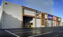 Leuke foto van het nieuwe afhaalcentrum met winkelruimte voor Houthandel Jongeneel in Zaandam