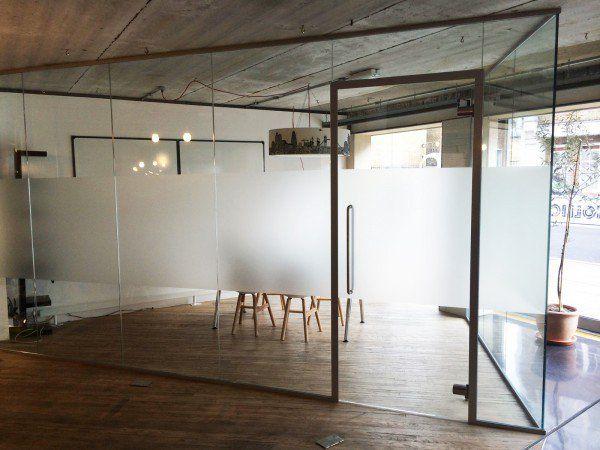 Divisoria De Vidro Incolor Com Detalhe Fosco Para Manter A Privaci