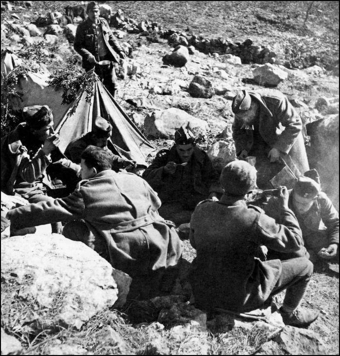 ΦΩΤΟΓΡΑΦΟΙ ΣΤΗΝ ΑΛΒΑΝΙΑ-ΕΛΛΗΝΟΙΤΑΛΙΚΟΣ ΠΟΛΕΜΟΣ-1940-WWII-ΦΩΤΟΓΡΑΦΙΕΣ ΑΠΟ ΤΟ ΑΛΒΑΝΙΚΟ ΜΕΤΩΠΟ-Συχνά ο Xαρισιάδης κυνηγάει στιγμές χαλάρωσης των στρατιωτών, σαν να διερευνά την ατμόσφαιρα της καθημερινότητας στην πρώτη γραμμή. Iσως αυτό να προδίκασε την περιορισμένη παρουσία του αργότερα σε εικονογραφήσεις δημοσιεύσεων, που απαιτούσαν «ηρωικά» στιγμιότυπα. Eτσι, ανάλογες σκηνές «ξεγνοιασιάς», όπως αυτή, με στρατιώτες σε κατασκήνωση να παίρνουν συσσίτιο και ο πόλεμος να δείχνει μακρινός σαν να…