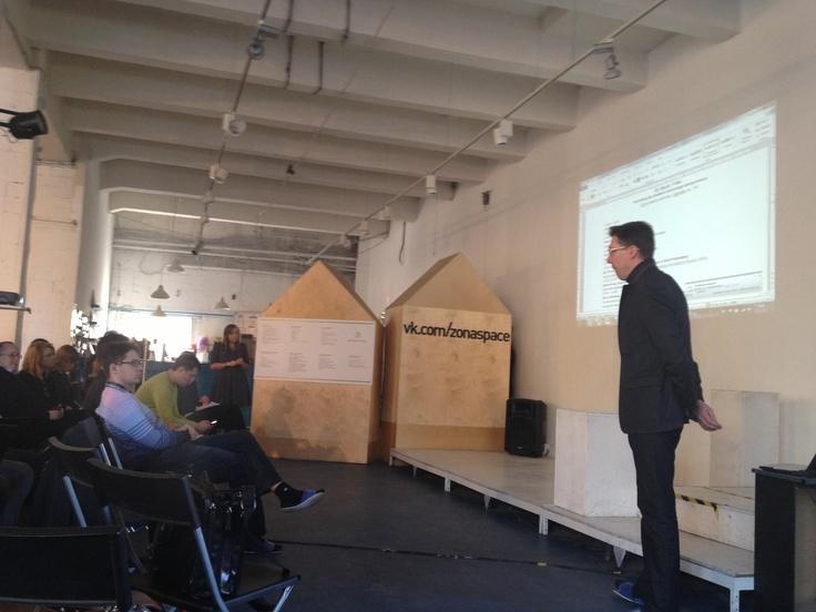 Erik Raita explaining coworking to OpenINNO audience @ Zona Space, St Petersburg