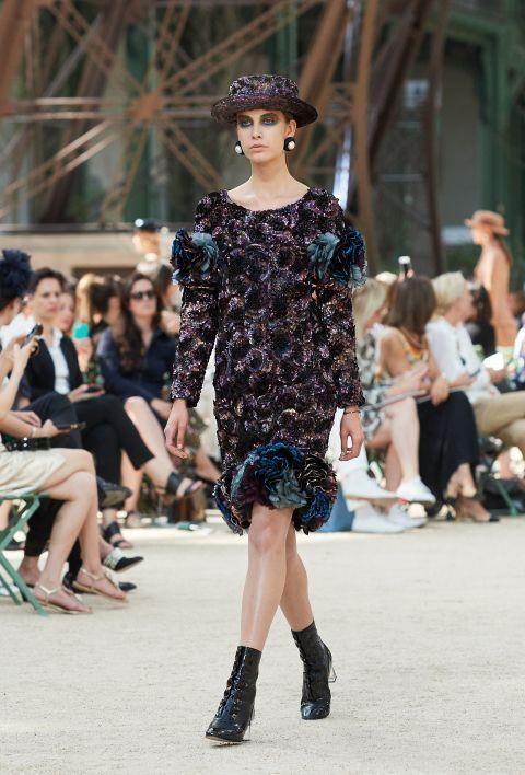 Desfile de Chanel Alta Costura otoño-invierno 2017-2018 (Parte I) 💎💎 Reina tweed, evidentemente. También vemos cuero, satén, lana, chifón. Además colores y estampados reconocibles, una versión renovada de traje clásico y un trabajo manual muy fino. Entre colores negro, gris, marrón, azul del cielo nocturno. #coleccion #desfile #chanel #altacostura #semanadelamoda #paris #blog #fashion  #fashionblog #collection #karllagerfeld #luxury #style #designer #design #details #hautecouture…