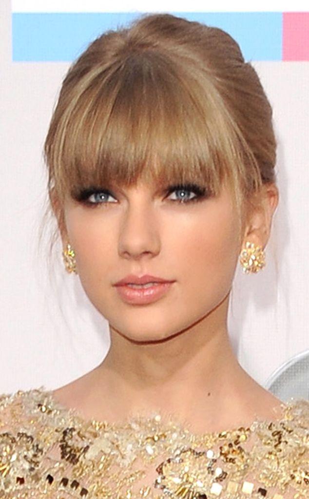 4. Frange fatale de Le top 10 des looks beauté de Taylor Swift  Aux 40e American Music Awards, Taylor a mis ses yeux bleus en valeur avec des yeux charbonneux et une bonne grosse frange. Si vous voulez reprendre cette coupe, faites attention à ce qu'elle s'arrête juste sous les sourcils.