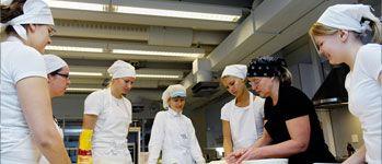 KOULUTUS | Keväällä 2015 valmistuin  Helsingin yliopiston Opettajakoulutuslaitokselta kotitalousopettajaksi. Pääaineeni oli kotitaloustiede, sivuaineina kasvatustiede ja elintarviketiede.