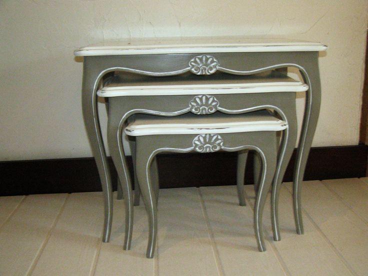 jolies petites tables gigognes relookée dans l'esprit shabby chic. Elles ont été patinées et cirées a la cire au carnauba.
